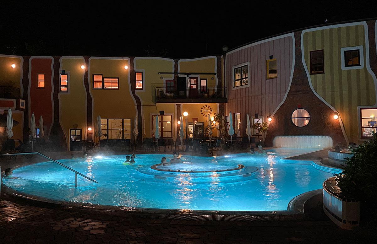 Romantische-Auszeit-in-der-Rogner-Bad-Blumau-Therme-abend-pool