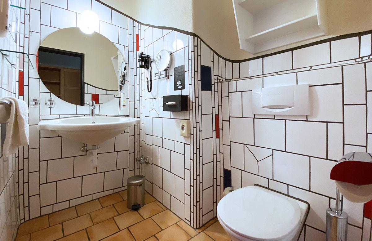 Romantische-Auszeit-in-der-Rogner-Bad-Blumau-Therme-badezimmer