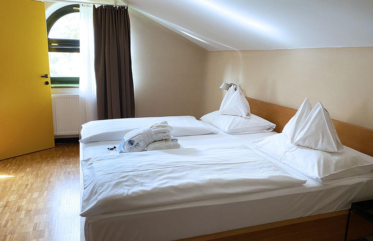Romantische-Auszeit-in-der-Rogner-Bad-Blumau-Therme-schlafzimmer