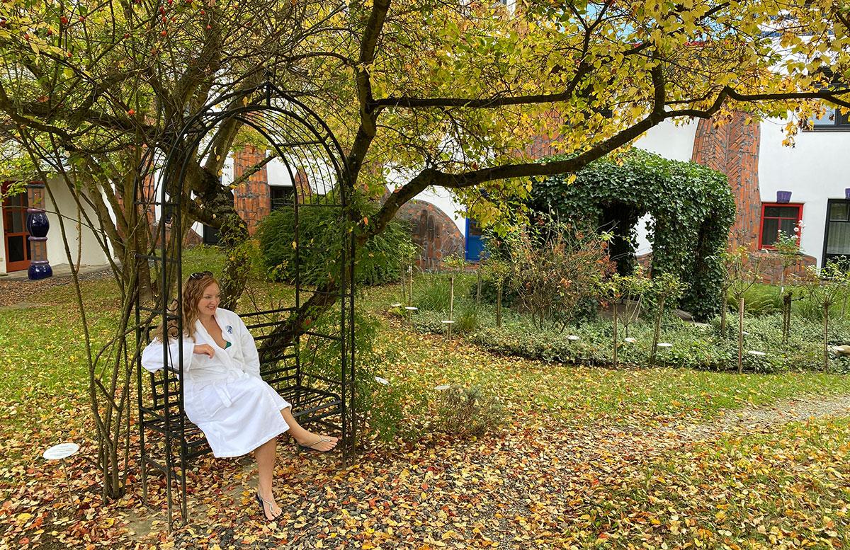 Romantische-Auszeit-in-der-Rogner-Bad-Blumau-Therme-vicky-im-grünen