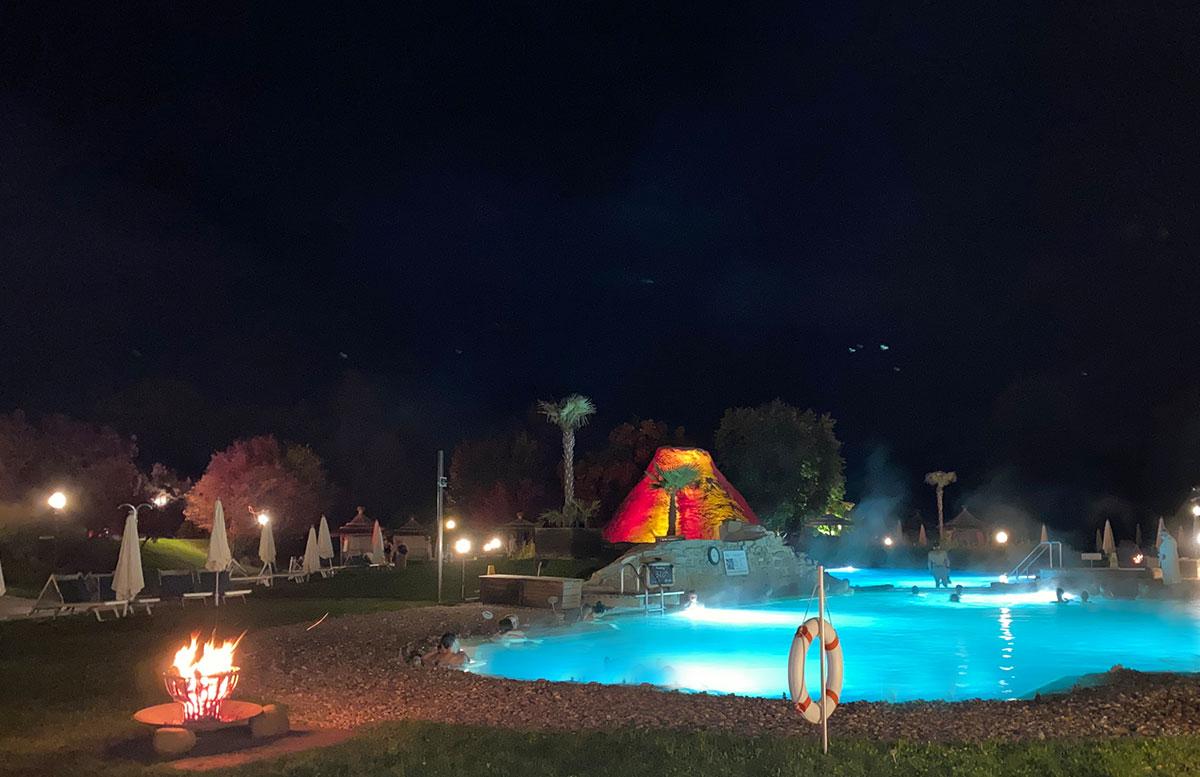 Romantische-Auszeit-in-der-Rogner-Bad-Blumau-Therme-vulkan-abend