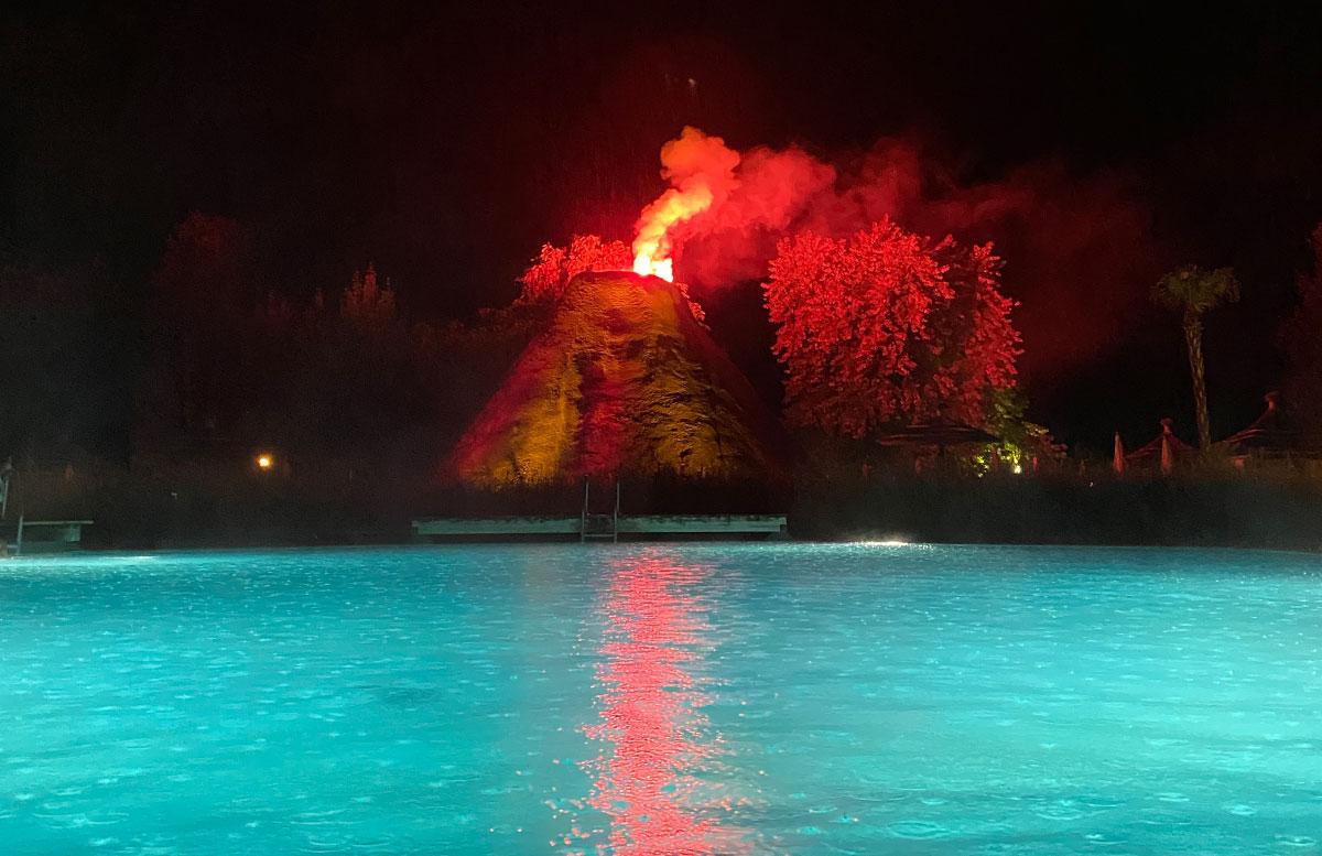 Romantische-Auszeit-in-der-Rogner-Bad-Blumau-Therme-vulkanausbruch