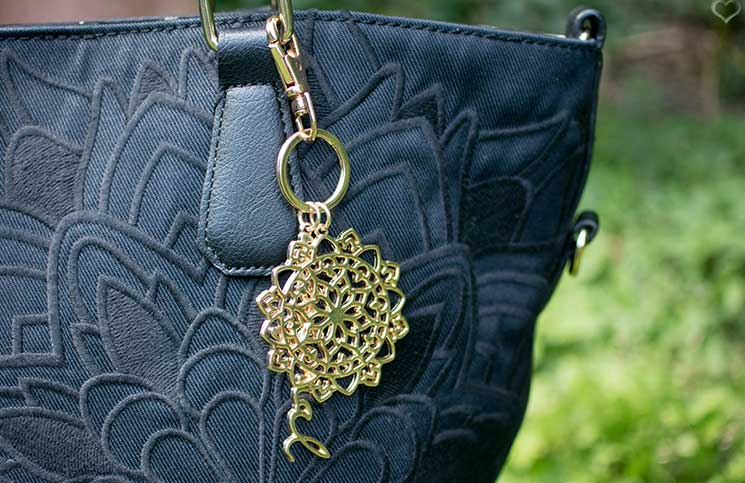 Schickes-Black-and-White-Outfit-desigual-tasche-detail