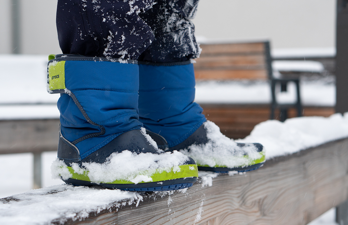 Schneeballschlacht und die Vorfreude auf Weihnachten spyder anzug crocs stiefel