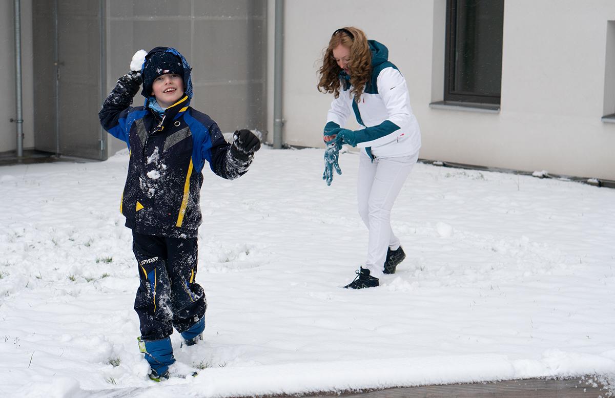 Schneeballschlacht und die Vorfreude auf Weihnachten lenny mit schneeball
