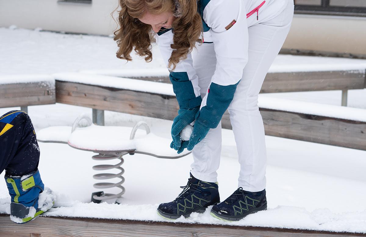 Schneeballschlacht und die Vorfreude auf Weihnachten lowa stiefel und crocs