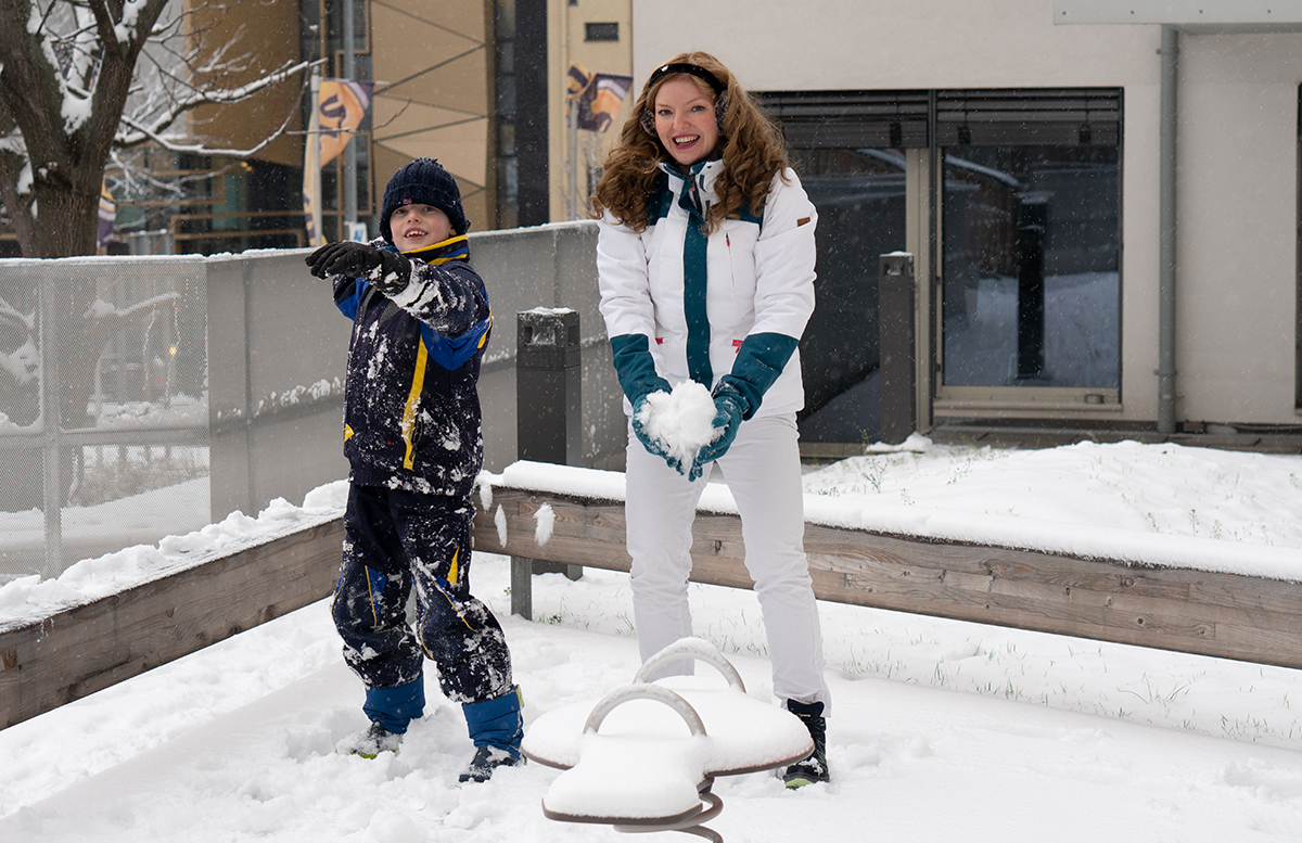 Schneeballschlacht und die Vorfreude auf Weihnachten handschuhe anziehen schneeball schießen