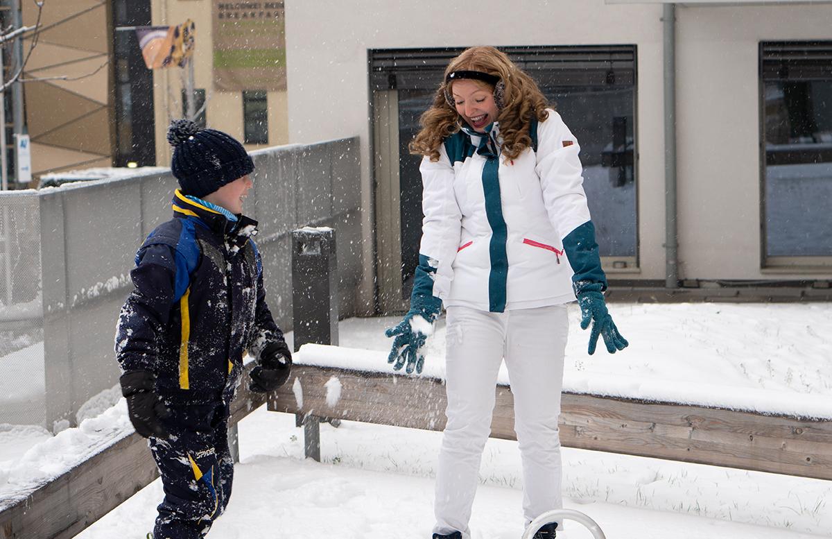 Schneeballschlacht und die Vorfreude auf Weihnachten vom schneeball getroffen