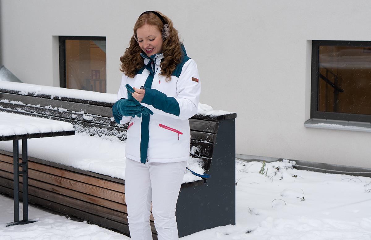 Schneeballschlacht und die Vorfreude auf Weihnachten handschuhe anziehen