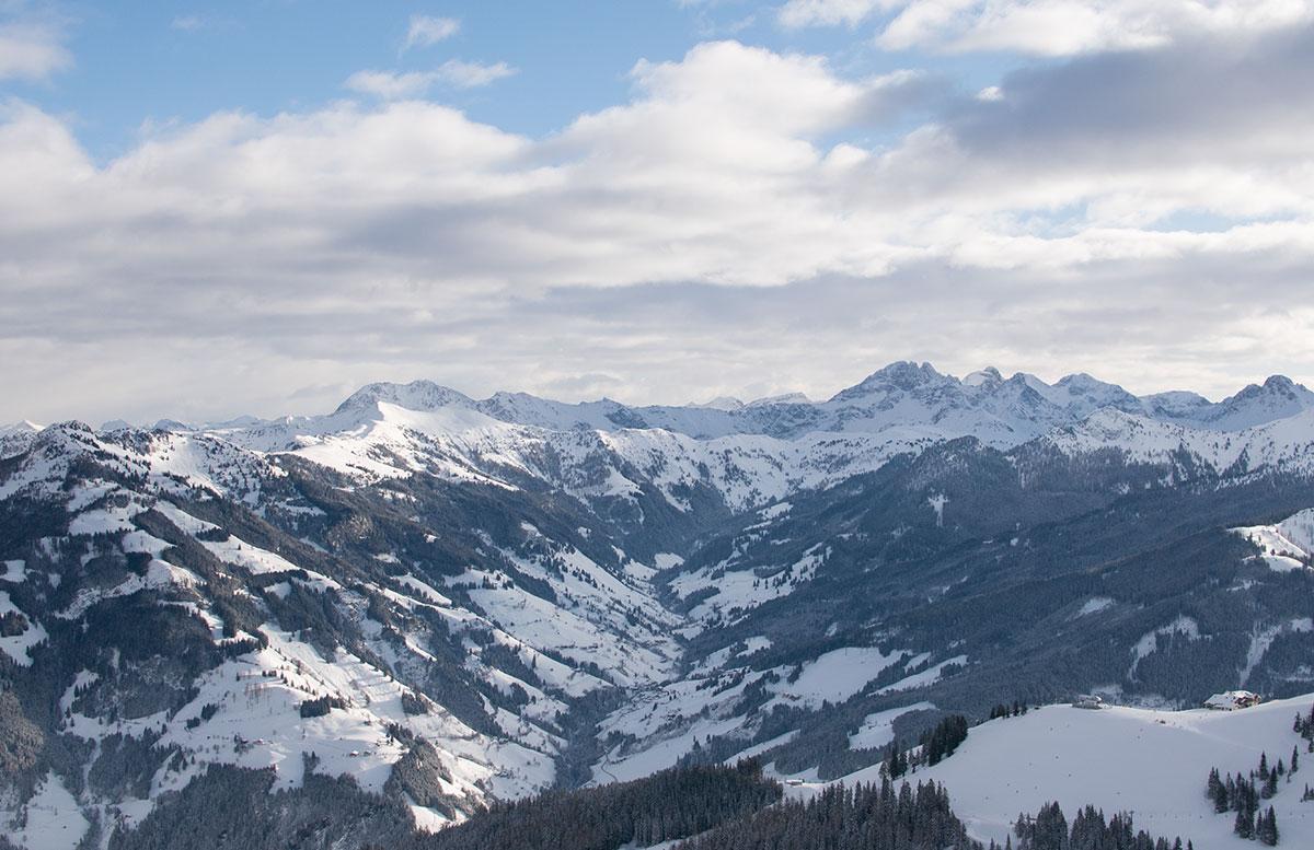 Ski-amade-made-my-Day-aufladen-in-dorfgastein-aussicht-auf-die-berge-panorama