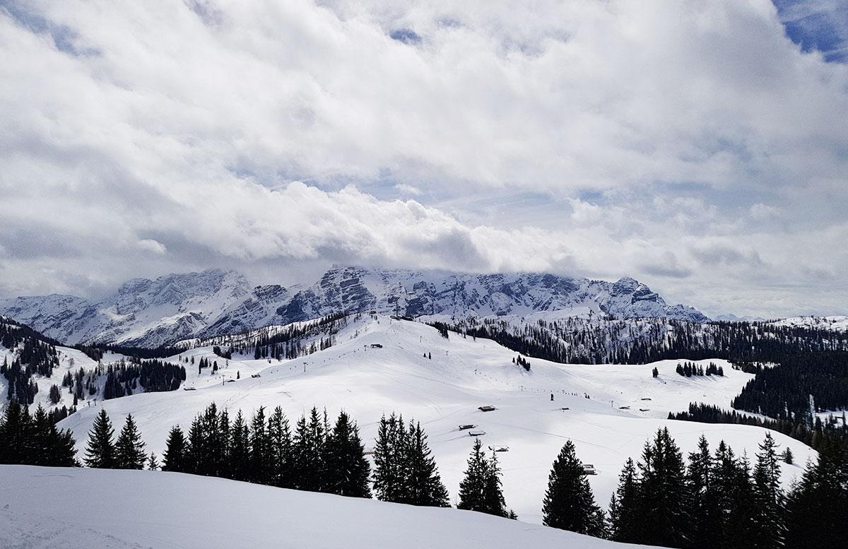 Skifahren-im-Salzburger-Saalachtal-im-Skigebiet-Lofer-sicht-mit-sonne