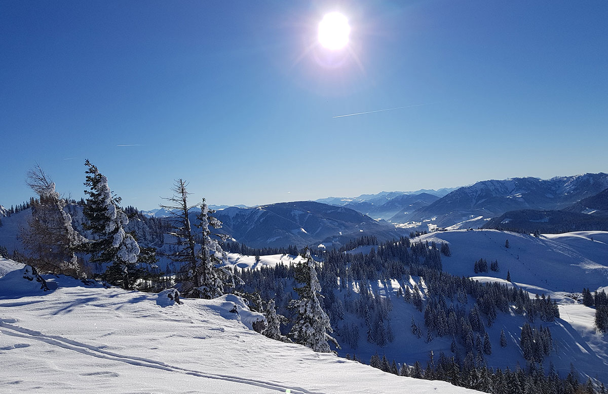 Skiregion-Dachstein-West-in-Gosau-aussicht-mit-sonne