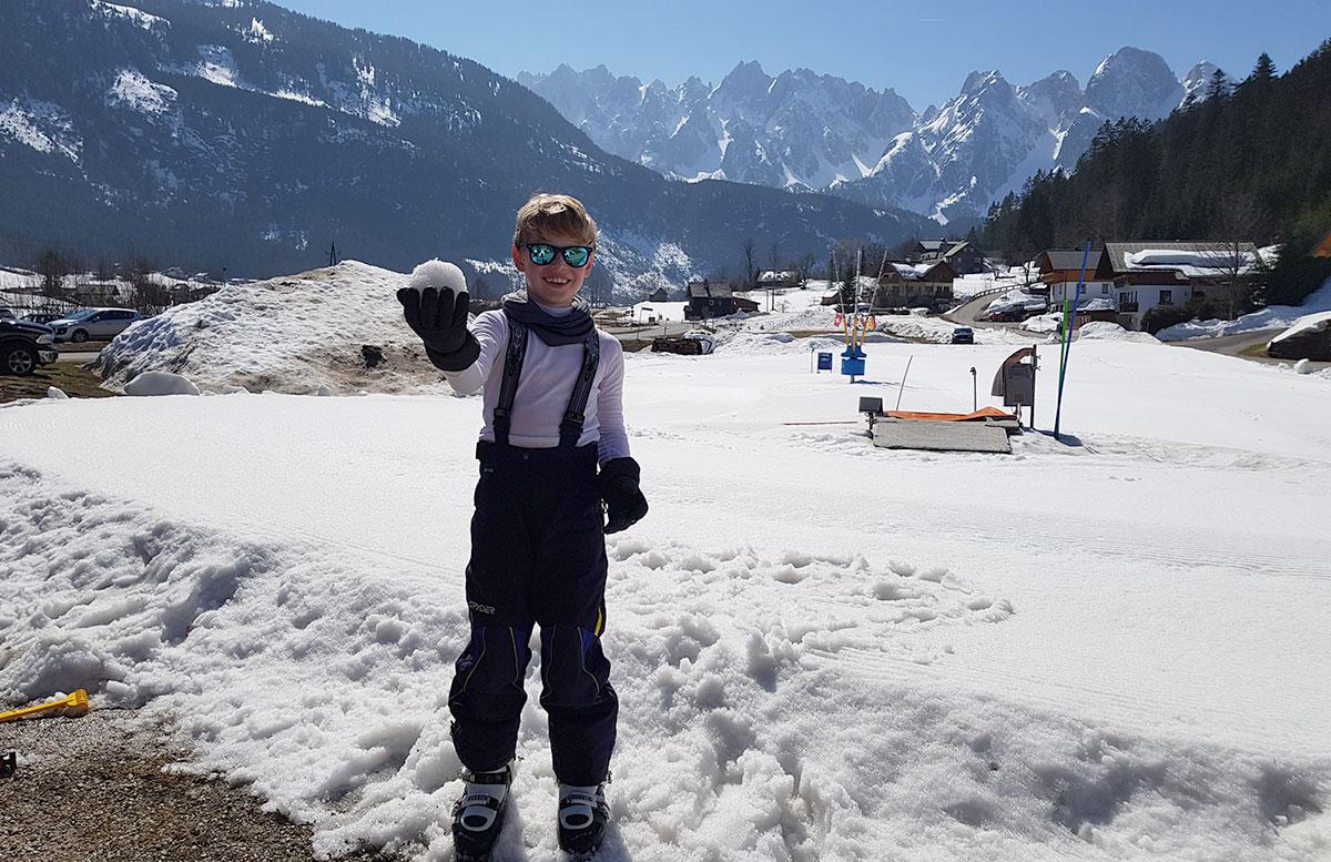 Skiregion-Dachstein-West-in-Gosau-lenny-mit-schneeball