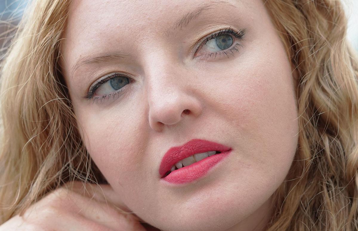 Sommer-Make-up-Haul-MAC,-Chanel,-Guerlain-und-Bobbi-Brown-blick-nach-rechts