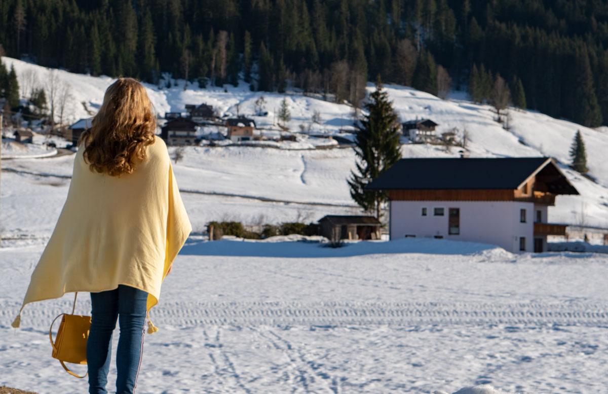 Statement-Haarspangen-Das-Trend-Accessoire-im-Frühling-haarklammer-outfit-blick-auf-den-schnee