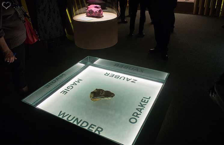 Stonehenge-Ausstellung-pinke-feuersteinknolle