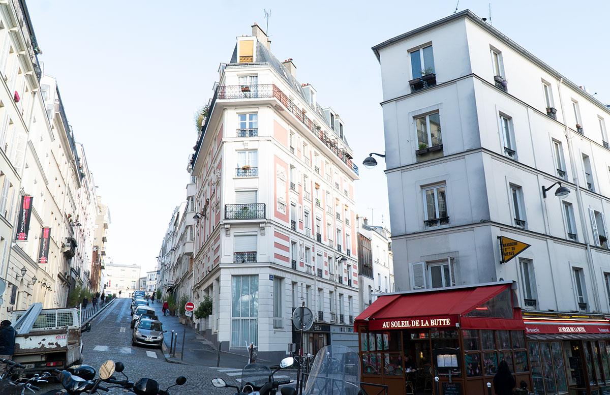 Streik-in-Paris-Was-man-aktuell-bei-einem-Urlaub-beachten-sollte-HAUSFASSADE