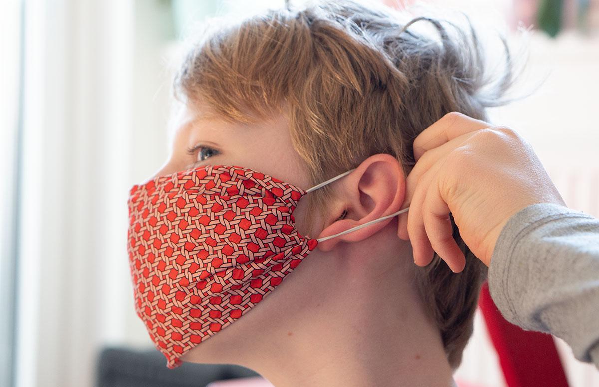 Stylische-Mundschutzmasken-ohne-Nähen-gummiringerl-anlegen