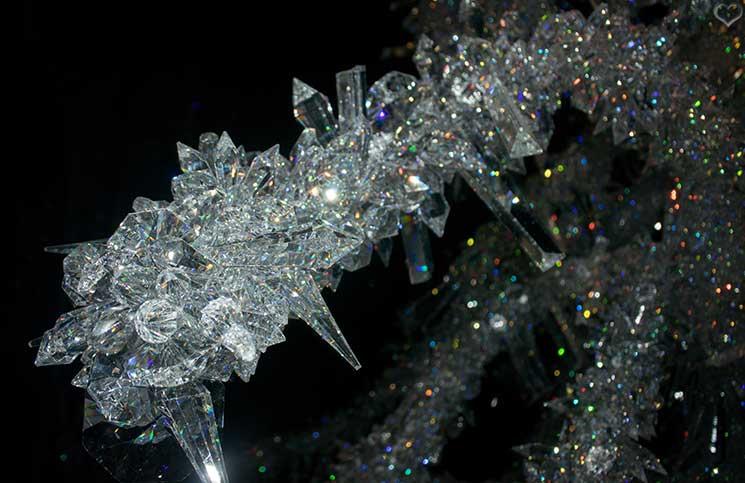 Swarovski-Kristallwelten-kristallbaum-detail-aufnahme-kristalle