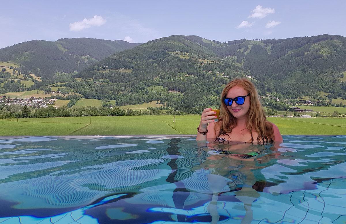 Tauern-Spa-Wasserwelt-in-Zell-am-See-spabereich-INFINITY-pool-relax-vicky