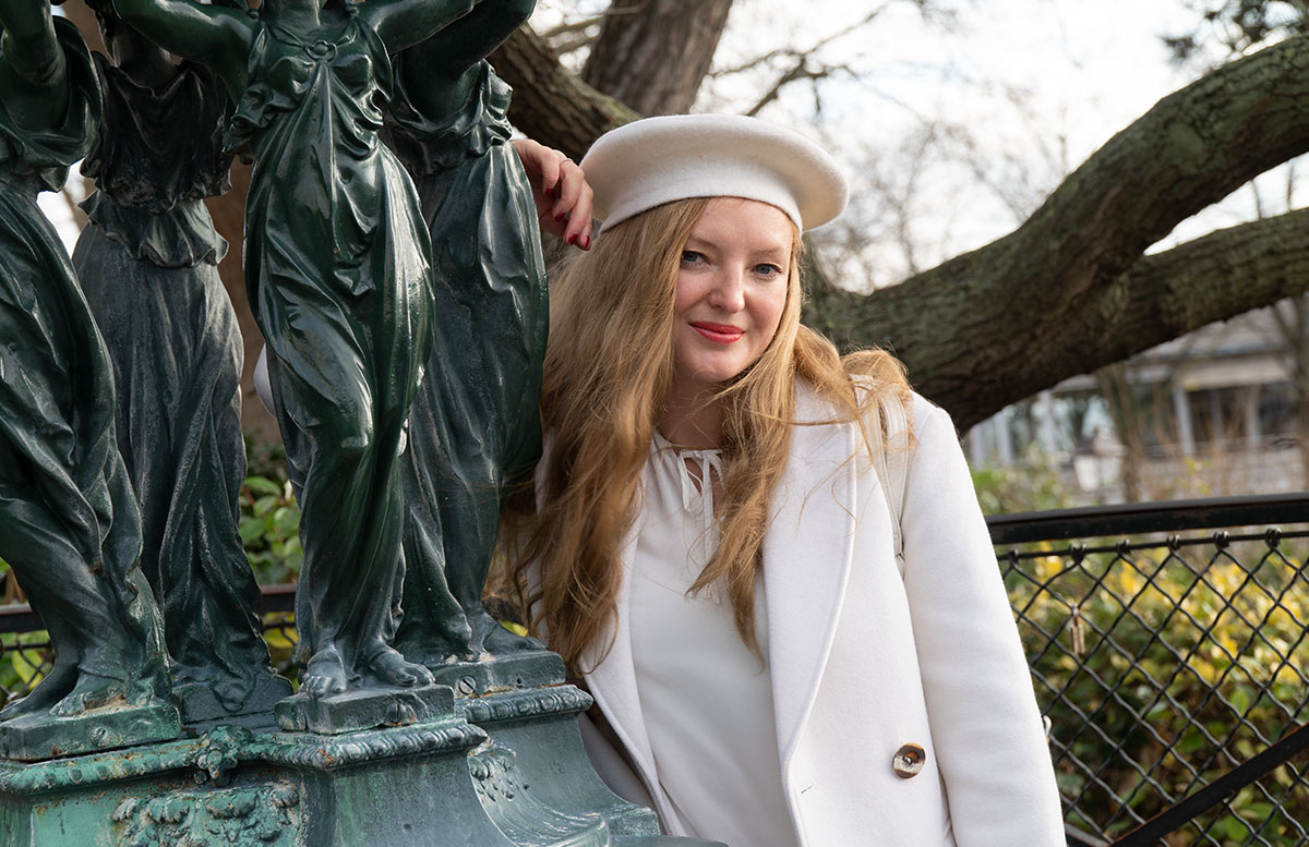 Total-look-white---so-trägst-du-ein-weißes-Outfit-im-Winter-vicky-statue