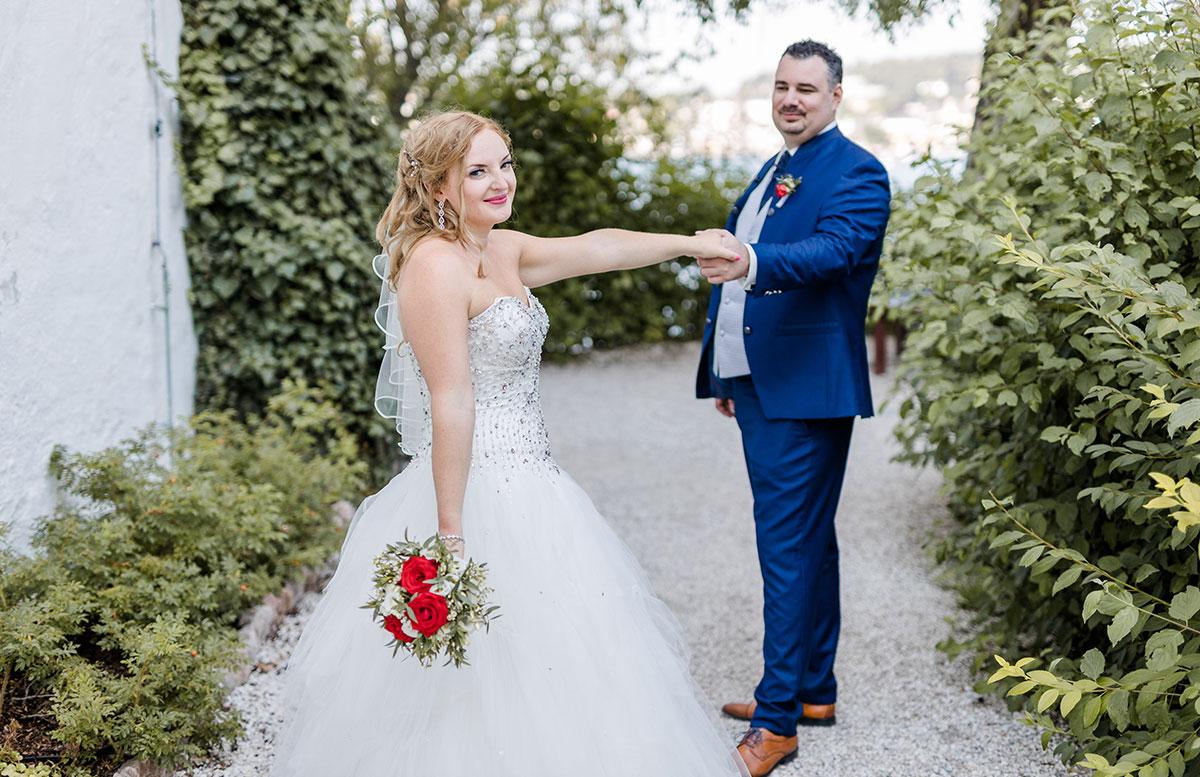 Unsere-Hochzeit-in-Gmunden-Standesamt-Schloss-Orth-braut-und-bräutigam