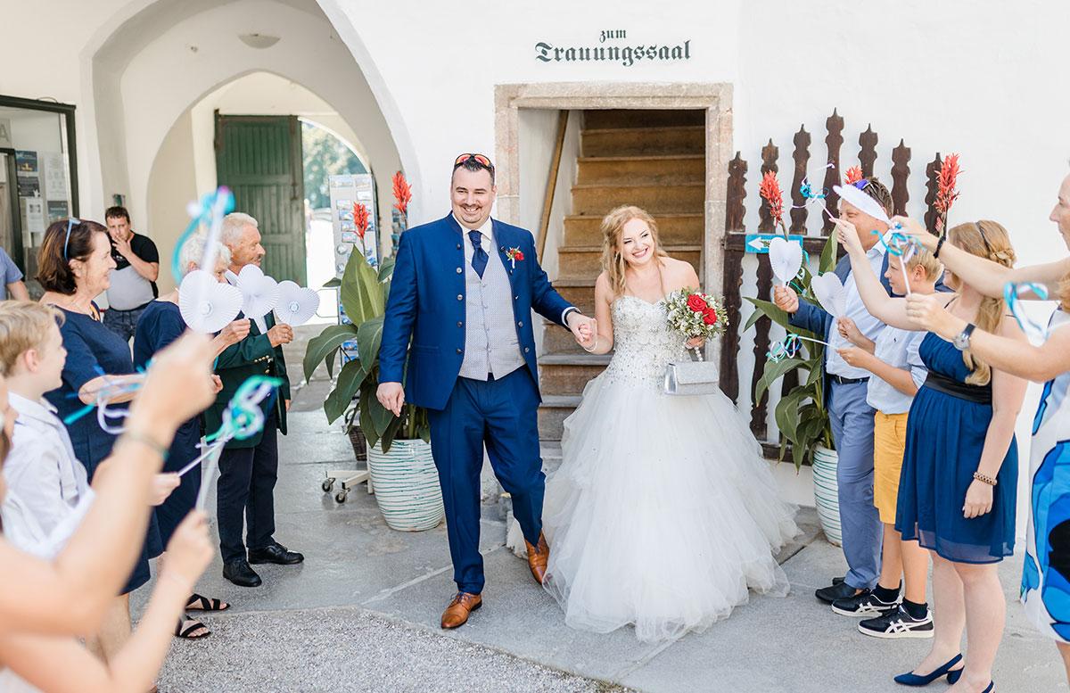 Unsere-Hochzeit-in-Gmunden-Standesamt-Schloss-Orth-brautpaar-ist-da
