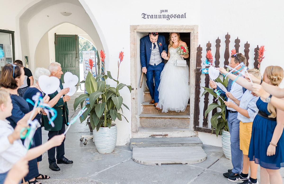 Unsere-Hochzeit-in-Gmunden-Standesamt-Schloss-Orth-brautpaar-kommt