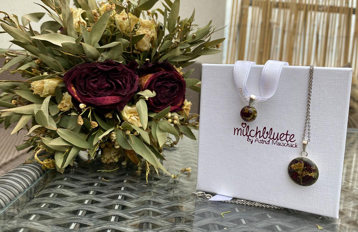 Unsere-Hochzeit-in-Gmunden-Standesamt-Schloss-Orth-brautstrauss-schmuck-milchblüte
