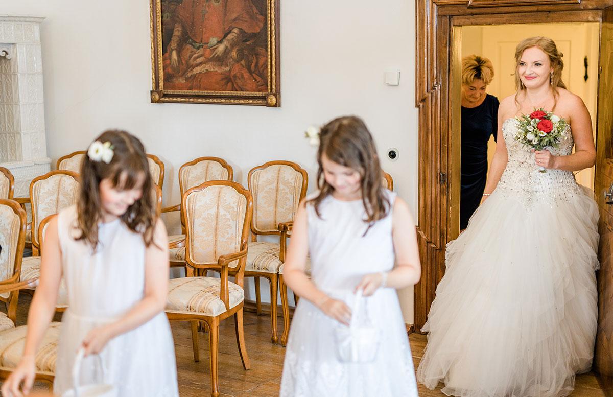 Unsere-Hochzeit-in-Gmunden-Standesamt-Schloss-Orth-einzug-braut