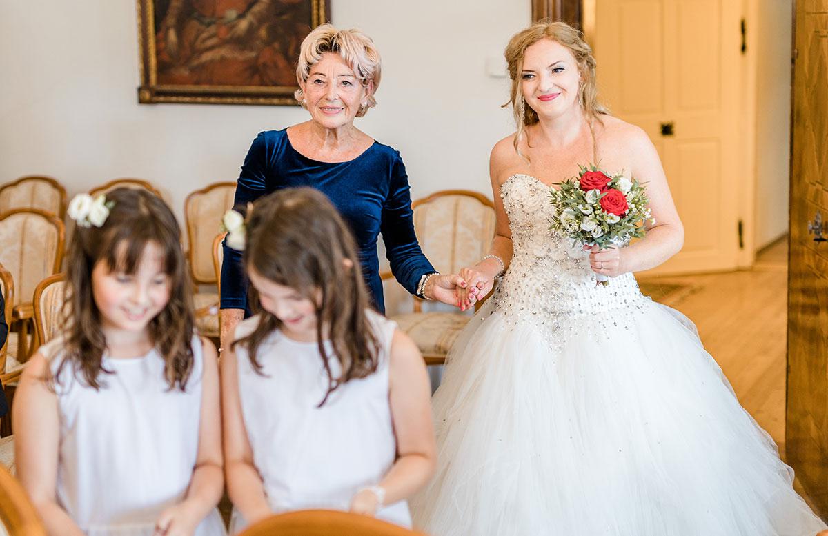 Unsere-Hochzeit-in-Gmunden-Standesamt-Schloss-Orth-einzug-mit-mama