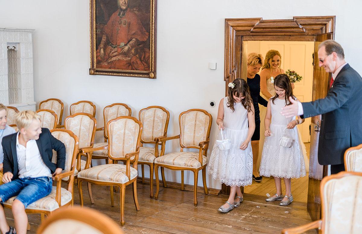 Unsere-Hochzeit-in-Gmunden-Standesamt-Schloss-Orth-einzug