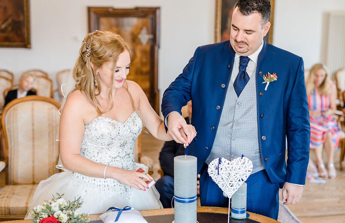 Unsere-Hochzeit-in-Gmunden-Standesamt-Schloss-Orth-kerze-anzünden