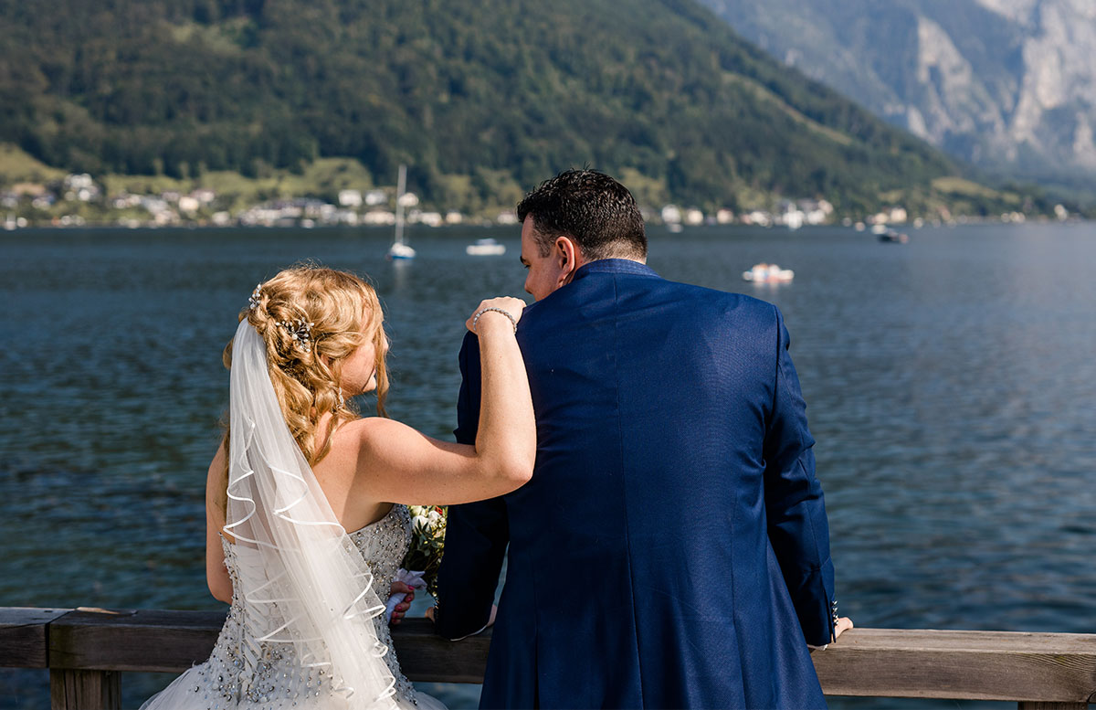 Unsere-Hochzeit-in-Gmunden-Standesamt-Schloss-Orth--paar-blick-am-traunsee