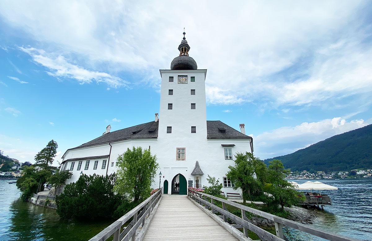 Unsere-Hochzeit-in-Gmunden-Standesamt-Schloss-Orth-schloss-orth-vorne