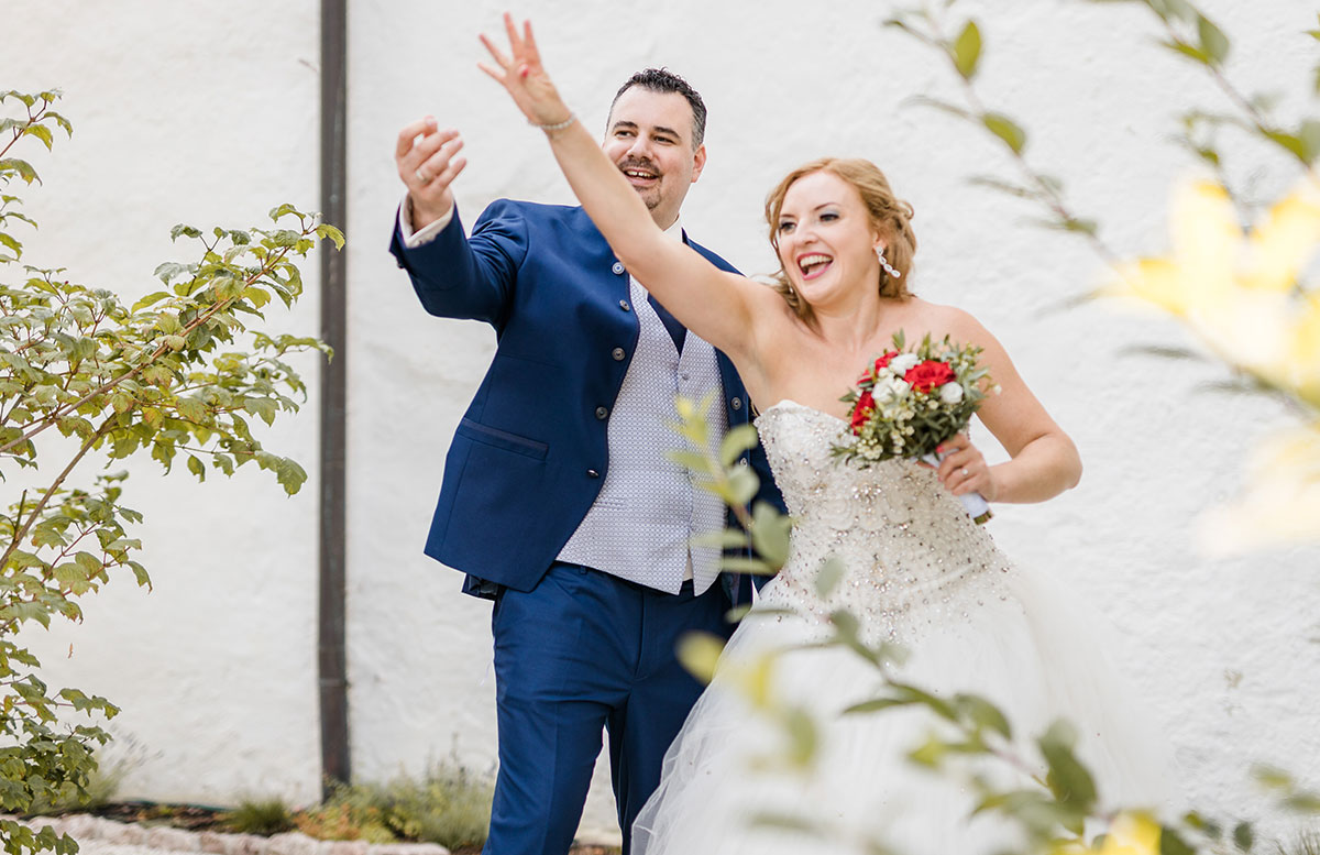 Unsere-Hochzeit-in-Gmunden-Standesamt-Schloss-Orth-schlüssel-werfen