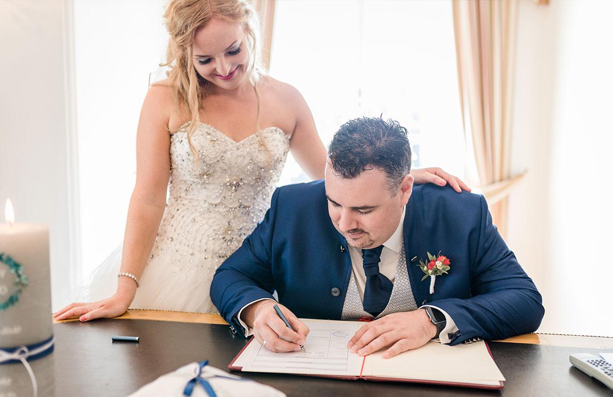 Unsere-Hochzeit-in-Gmunden-Standesamt-Schloss-Orth-unterschrift