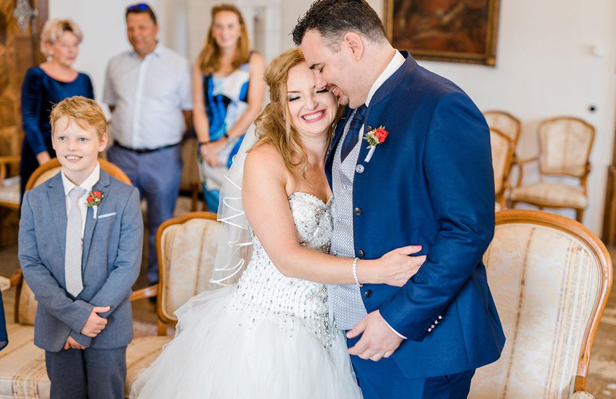 Unsere-Hochzeit-in-Gmunden-Standesamt-Schloss-Orth-verheiratet