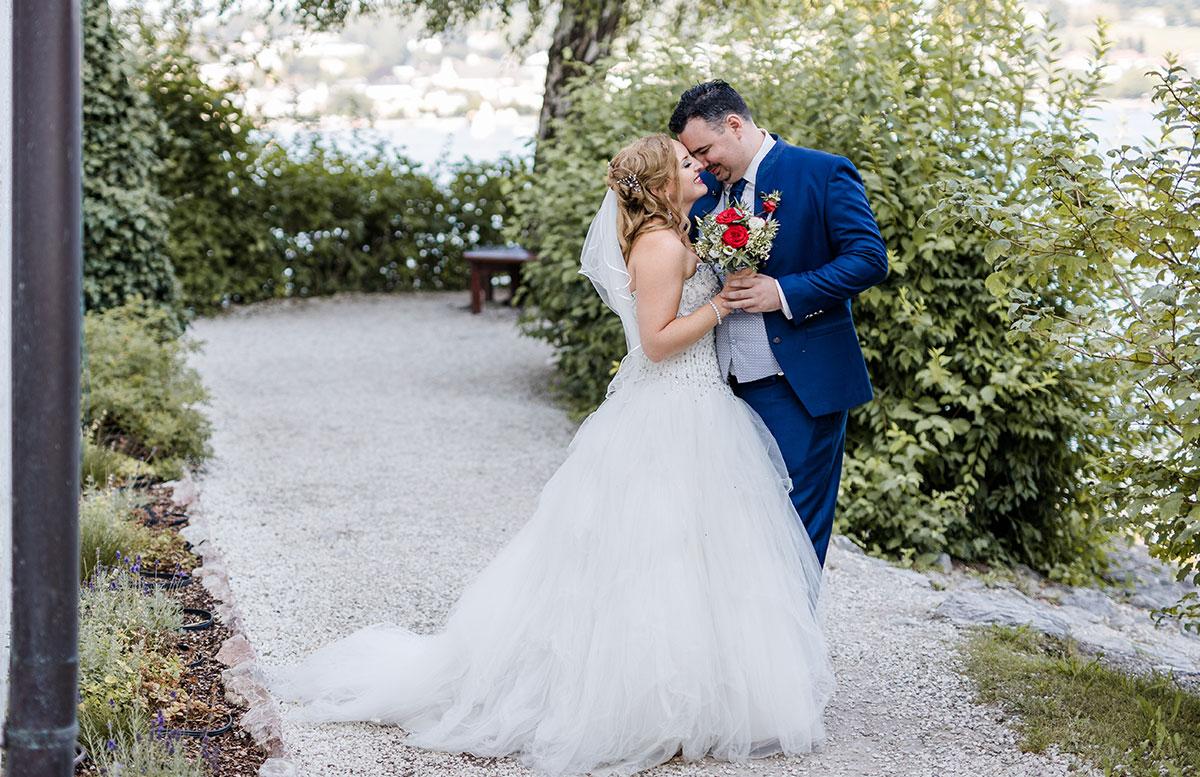 Unsere-Hochzeit-in-Gmunden-Standesamt-Schloss-Orth-verliebt