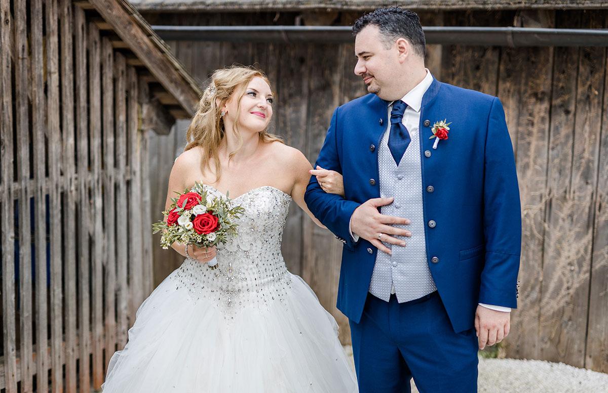 Unsere-Hochzeit-in-Gmunden-Standesamt-Schloss-Orth-verliebter-blick