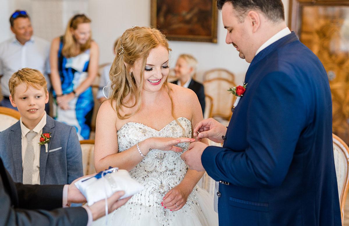 Unsere-Hochzeit-in-Gmunden-Standesamt-Schloss-Orth-vicky-ring