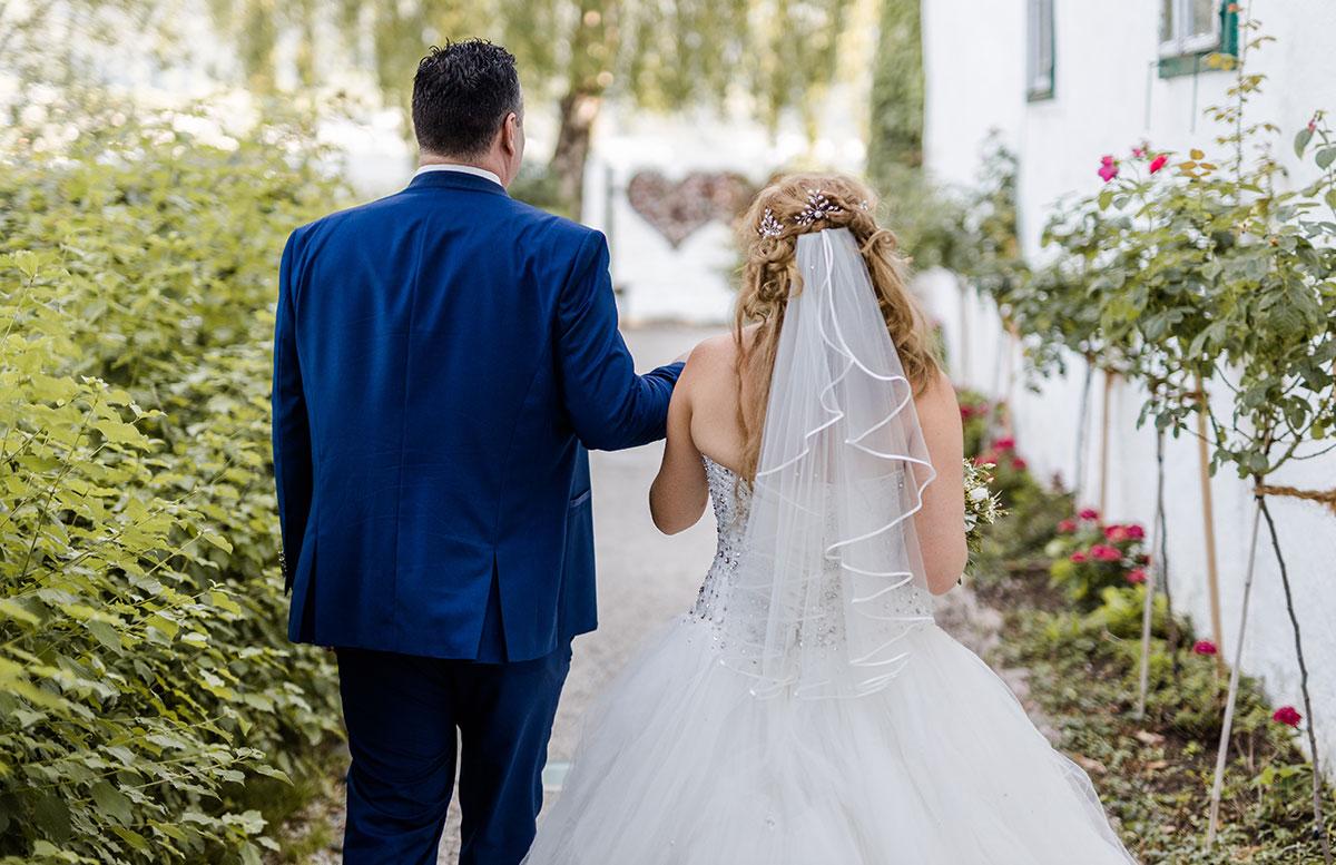 Unsere-Hochzeit-in-Gmunden-Standesamt-Schloss-Orth-von-hinten