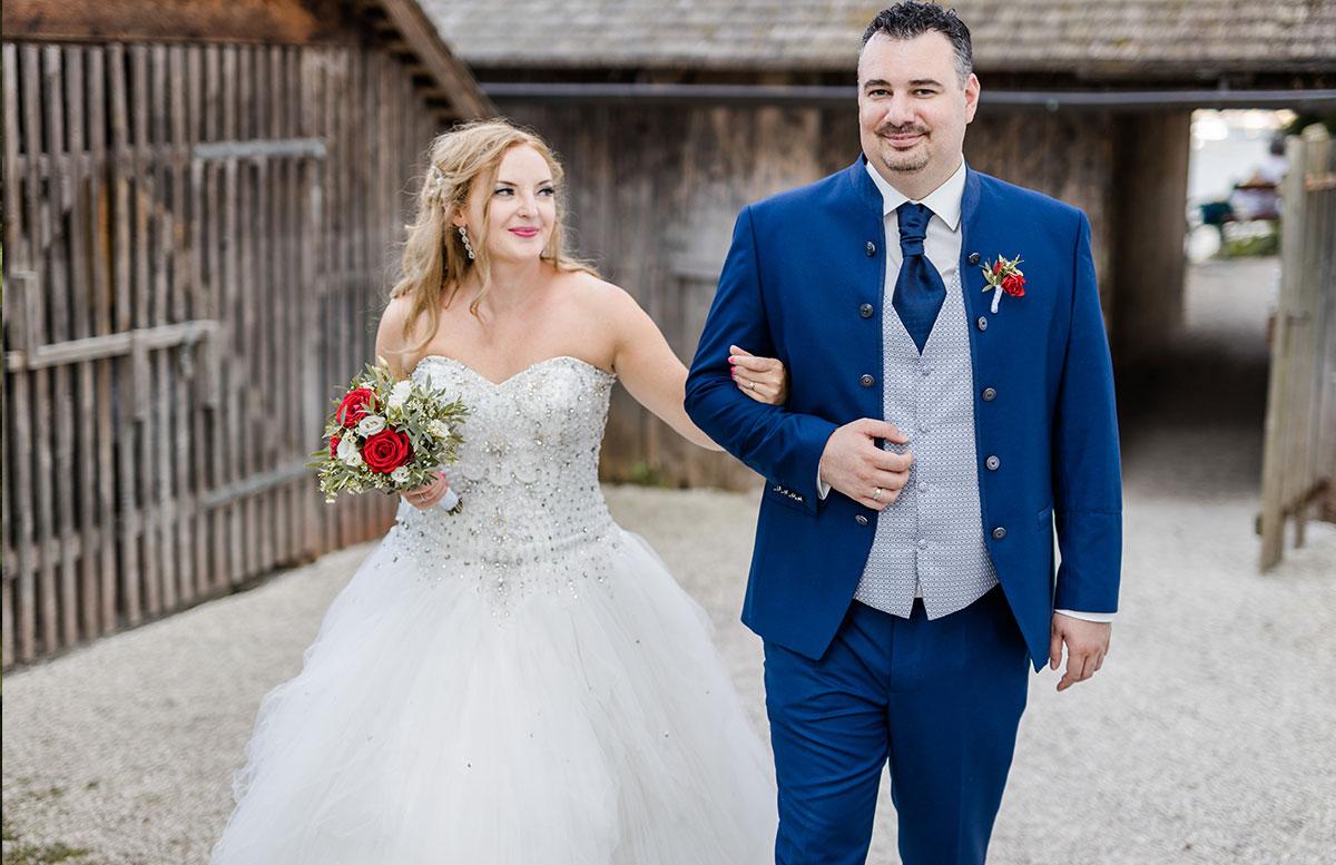 Unsere-Hochzeit-in-Gmunden-Standesamt-Schloss-Orth-weg-richtung-schloss