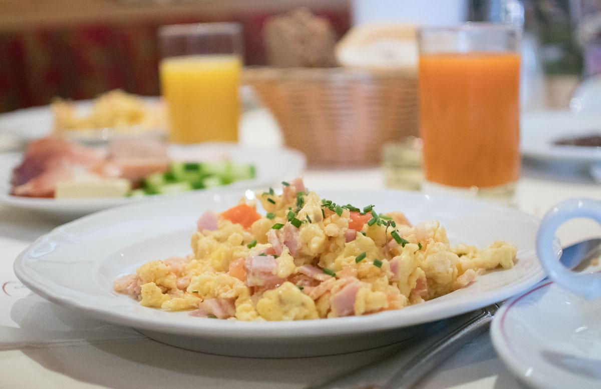 Walchhofer's Hotel Alpenhof in Filzmoos frühstück brötchen eierspeis