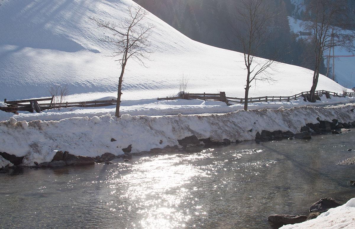 Wanderung-zur-Sattelbergalm-und-zum-Haubenlokal-Pumafalle-wasser-im-gschnitztal
