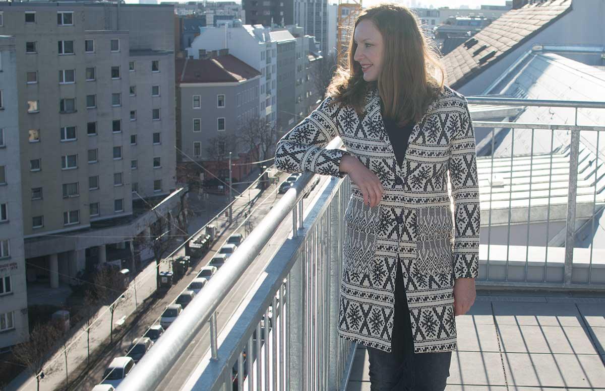 winterliches-outfit-auf-der-dachterrasse-mantel-desigual