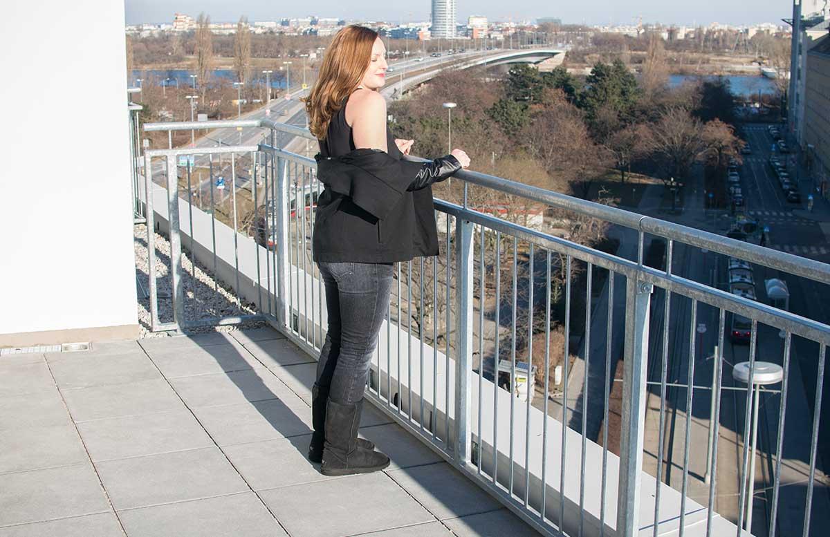 winterliches-outfit-auf-der-dachterrasse-schulterfrei-auf-der-terrasse
