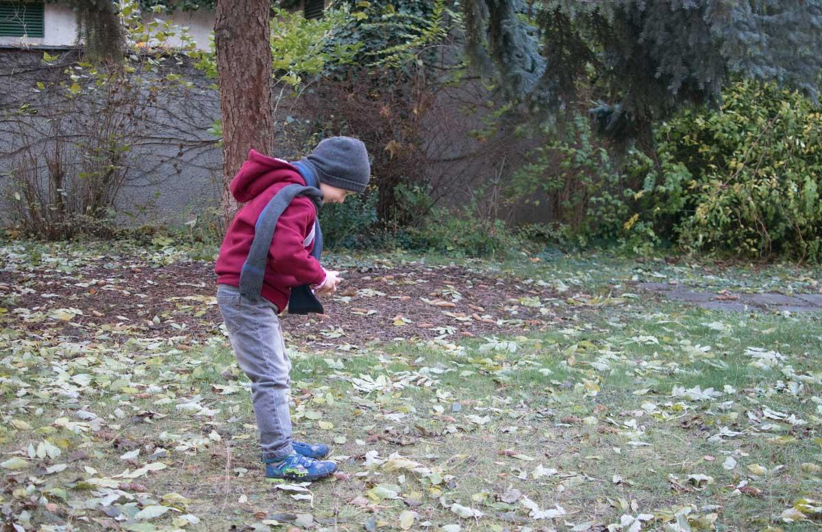 Winteroutfit-von-Bonprix-Kids-am-boden-schauend