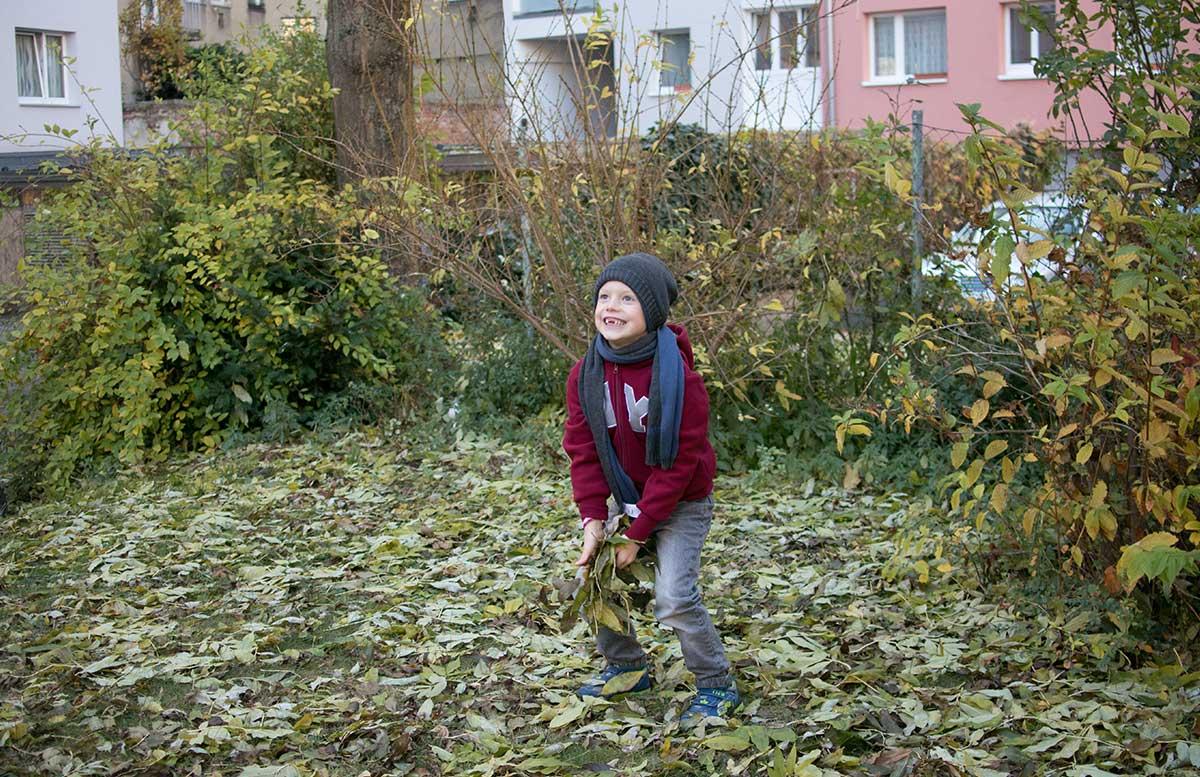 Winteroutfit-von-Bonprix-Kids--blätter-in-die-luft-werfen