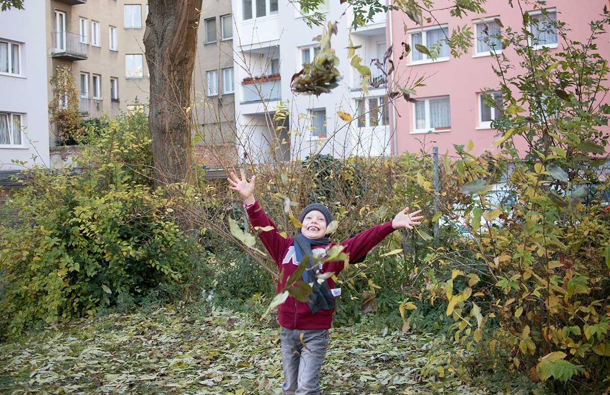 winteroutfit-von-bonprix-kids-nach-dem-blaetter-werfen